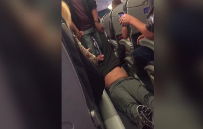 El vuelo 3411 de Chicago a Louisville se encontraba sobre vendido y el cliente que aparece en el video se negó a dejar el avión voluntariamente y se le pidió a la policía su presencia (Twitter @JayseDavid)