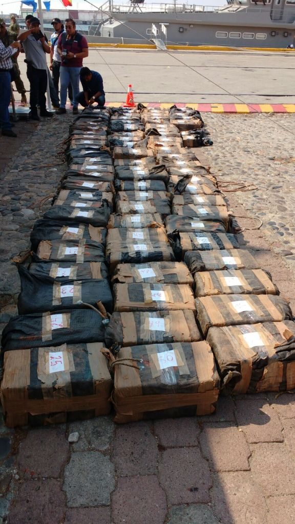 Semar detiene a 8 personas que transportaban 81 bultos con cocaína en Oaxaca