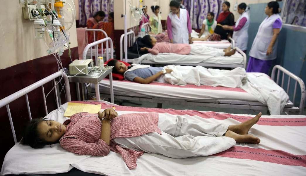 Las niñas reciben tratamiento tras una fuga de gas en Nueva Delhi, India. (Reuters)