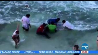 Turistas, salvavidas, habitantes, Isla Mujeres, aguas poco profundas
