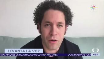 Gustavo Dudamel, El director de orquesta venezolano, rinde homenaje, joven asesinado