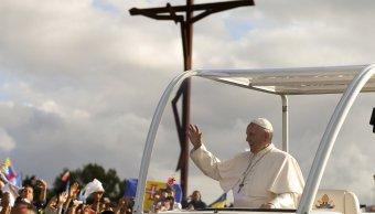El papa Francisco (c) saluda a los peregrinos desde el papamóvil. (EFE)