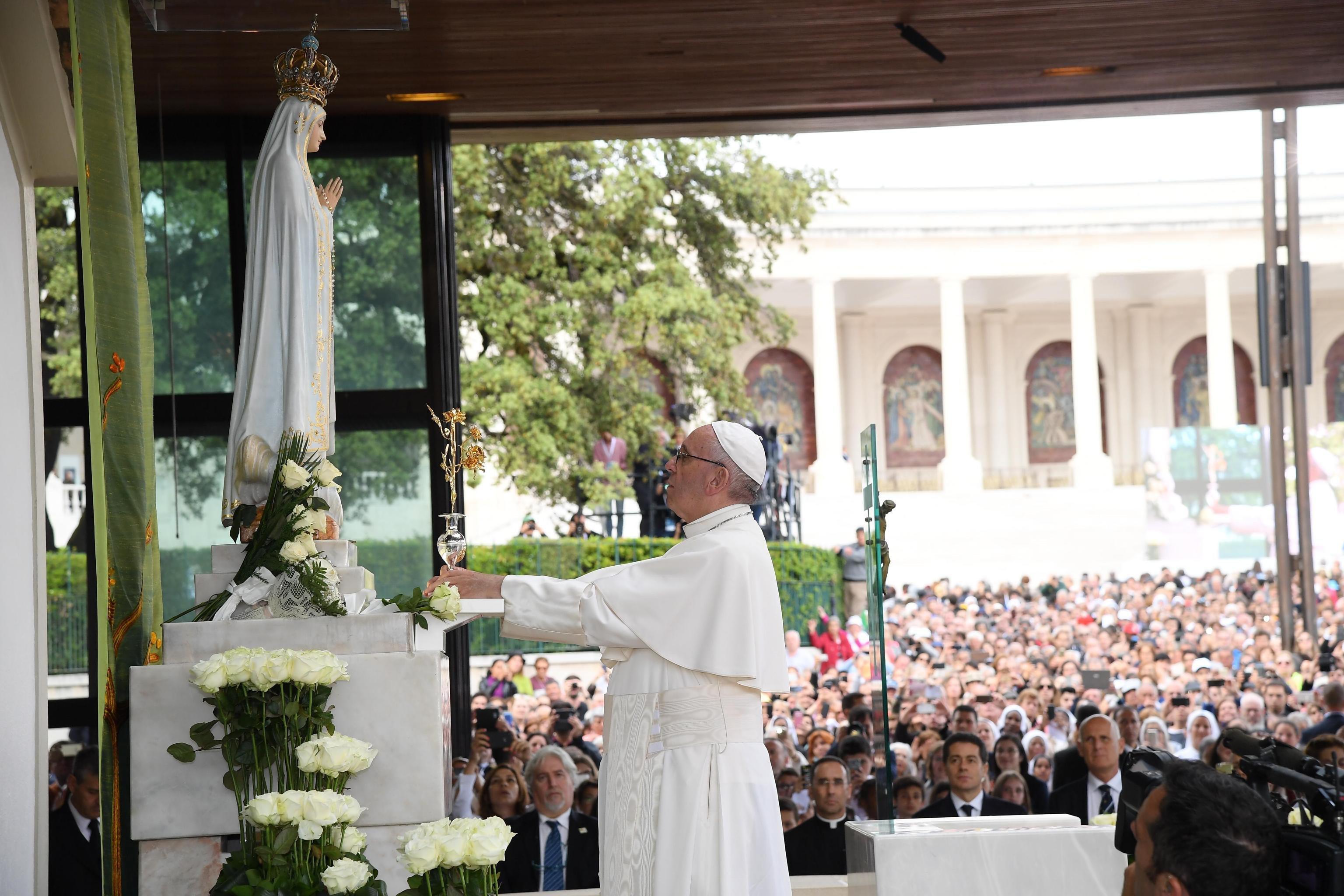 Multitud de peregrinos aclamaron al Papa a su llegada a Fátima