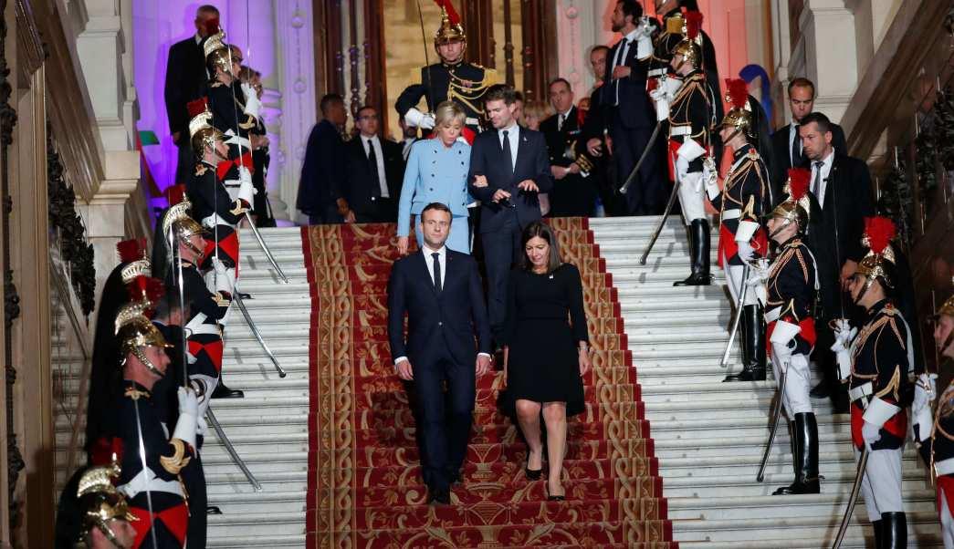 El presidente francés Emmanuel Macron (L) y la alcaldesa de París Anne Hidalgo (R) bajan las escaleras . (EFE)