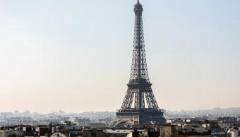 La Torre Eiffel en la ciudad en París, Francia