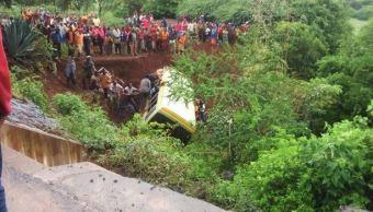 El autobús escolar en el que viajaban los cayó en un río de Tanzania. (@GulfTimes_QATAR)