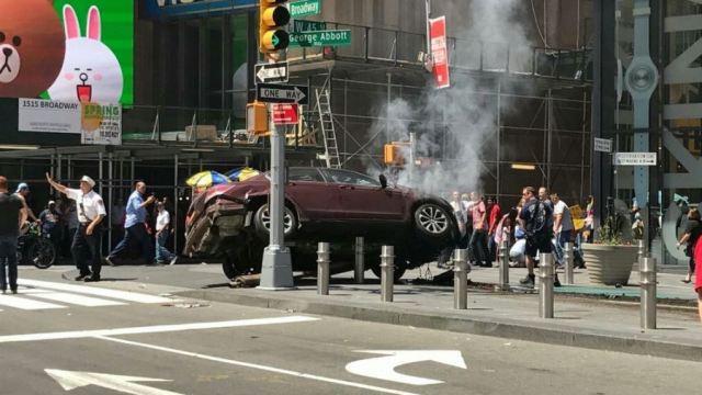 Un vehículo a alta velocidad impactó a peatones en Times Square, Nueva York. (@nenetuit)
