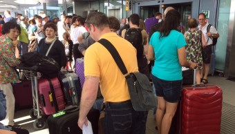 Los pasajeros permanecen con su equipaje en el aeropuerto Heathrow de Londres (AP)