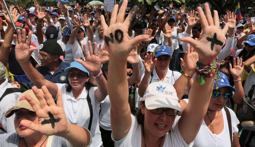 Miles de mujeres opositoras marchan en Venezuela contra la represión. (AP)