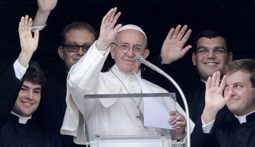El papa Francisco elogia a los siete misioneros de la congregación religiosa Sagrat Cor, desde la ventana del Palacio Apostólico del Vaticano. (AP)