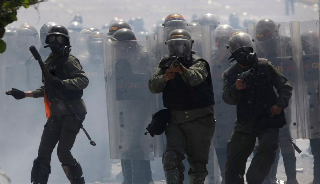 Guardia Nacional Bolivariana, manifestantes, Caracas, Venezuela, Maduro