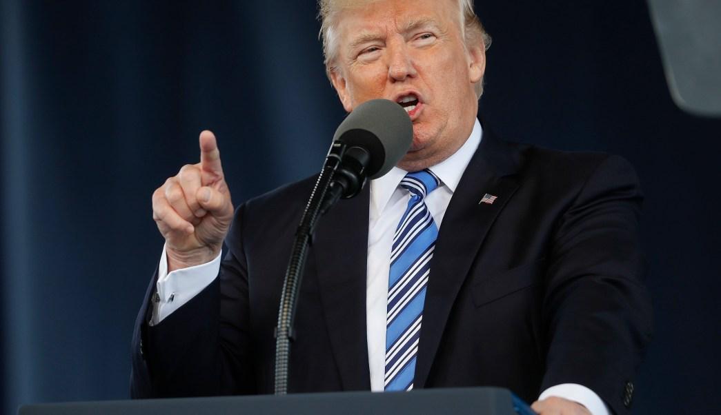 El presidente Donald Trump da el discurso de apertura de la Clase del 2017 en la Universidad Liberty en Lynchburg, Virginia. (AP)