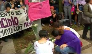 Personas montan altar donde fue hallada Lesvy