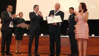 El secretario de Educación Pública, Aurelio Nuño, entrega reconocimiento al secretario de la Defensa, el General Salvador Cienfuegos (SEP)