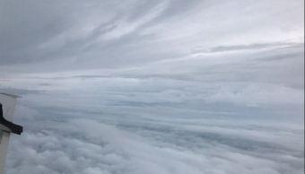 Avion cazahuracanes muestra fenomeno meteorologico