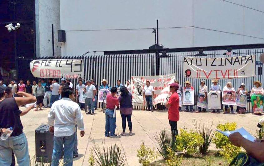 Familiares de los 43 normalistas desaparecidos de Ayotzinapa se manifestaron afuera del Senado. (@AlbaniaOC)