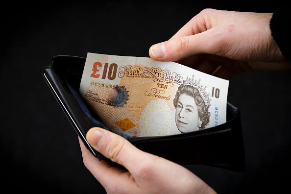 Billete de 10 libras es sujetado por una persona