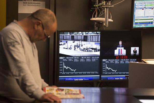 Operadores de las Bolsas europeas monitorean el desempeño de las acciones