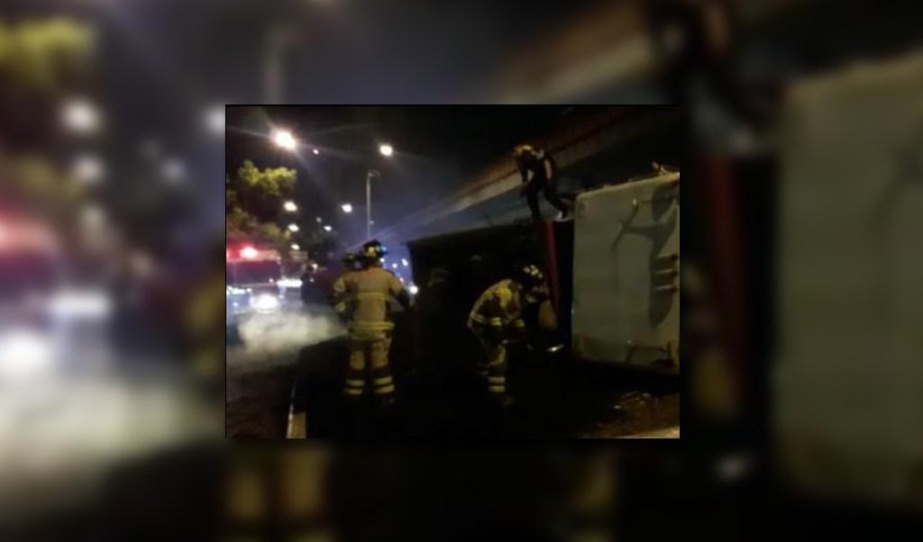 Bomberos atienden volcadura de camion en oceania