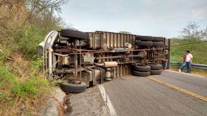 Camion volcado sobre carretera de Oaxaca