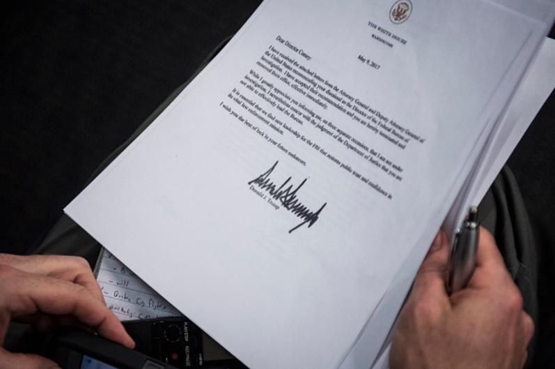 Una copia de la carta enviada al director del FBI, James Comey, por el presidente Trump, informándole que ha sido despedido (Getty Images)