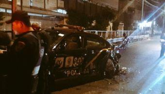 Un policía capitalino murió tras estrellarse a bordo de su patrulla contra una pipa. (@alertasurbanas)