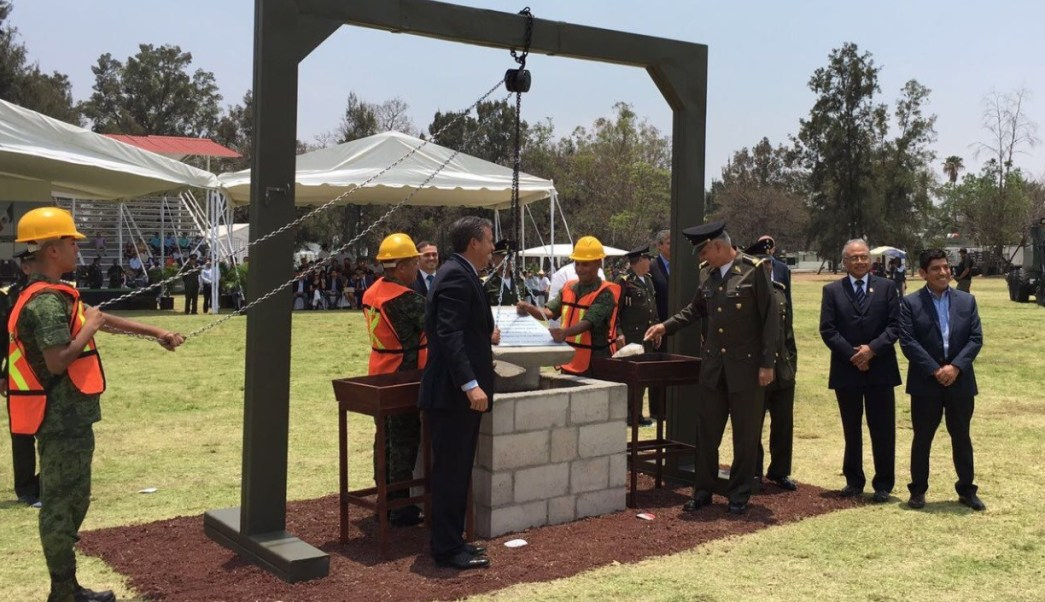 El general Salvador Cienfuegos, titular de la Sedena, coloca la primera piedra de una brigada militar en Irapuato, Guanajuato (Twitter: @S_Cienfuegos_Z)