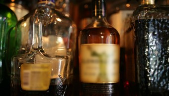 Botellas de whisky exhibidas para su venta