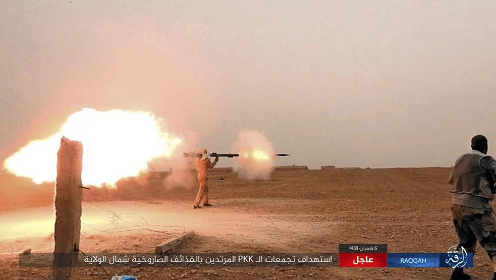 Combatiente Estado Islámico dispara su arma