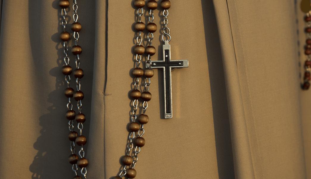 crucifijo cuelga de la cintura de una monja (1)