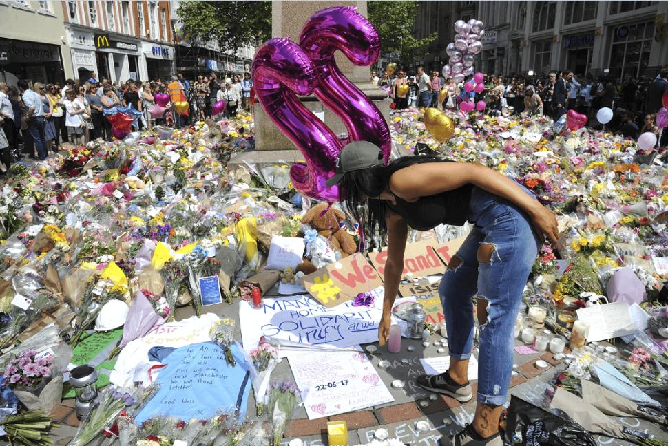 Decenas de flores y mensajes han sido dejados en honor a las 22 víctimas del ataque al Manchester Arena