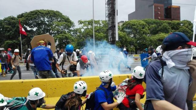 Dispersan con gases lacrimógenos marcha opositora en Venezuela