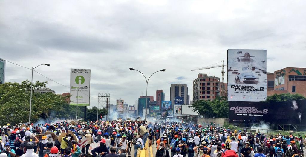 Dispersan con gases marcha opositora que se dirigía al Parlamento venezolano