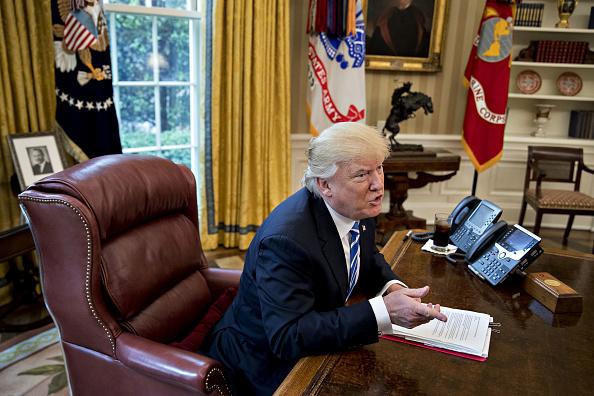 Trump dice que estudia dividir grandes bancos de Wall Street