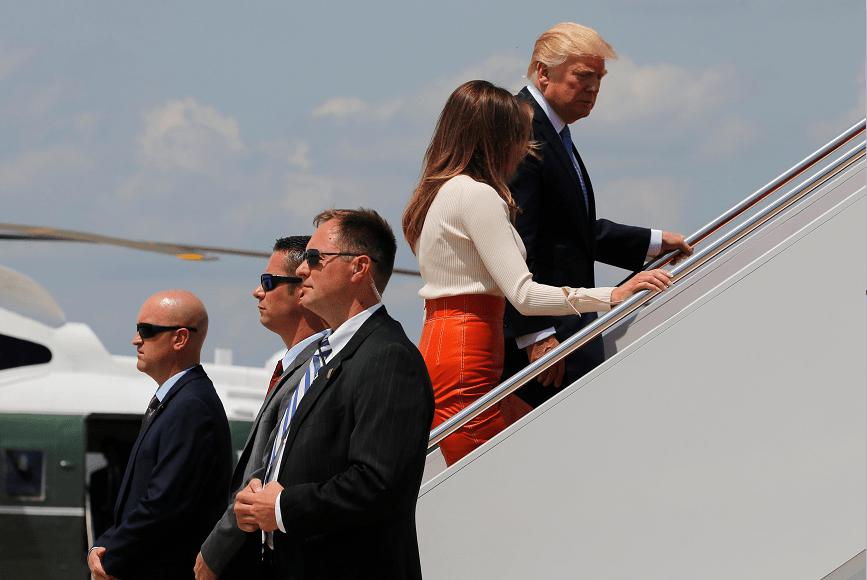 Donald Trump y su esposa Melania abordan el Air Force One