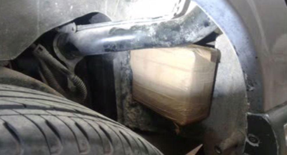 Droga oculta en la salpicadera de un vehículo