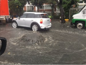 Drenaje no logra desalojar el agua tras intensa lluvia
