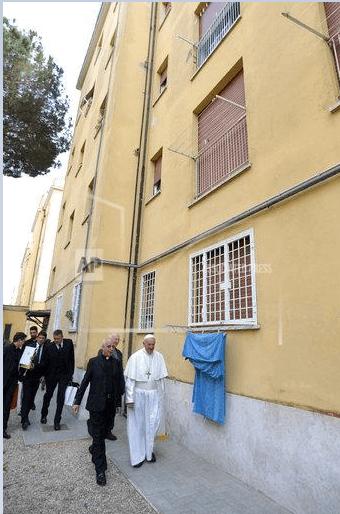 El papa durante su visita no anunciada a la localidad italiana de Ostia
