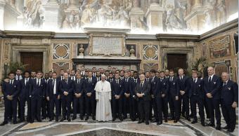El papa Francisco posa con los jugadores del Juventus y del Lazio, en el Vaticano