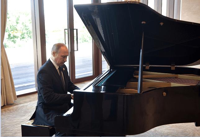 El presidente ruso, Vladimir Putin, tocando el piano en China