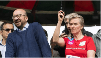 El primer ministro belga, Charles Michel, hizo un gesto cuando la princesa dio el pistoletazo