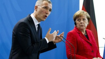 El secretario general de la OTAN y Angela Merkel