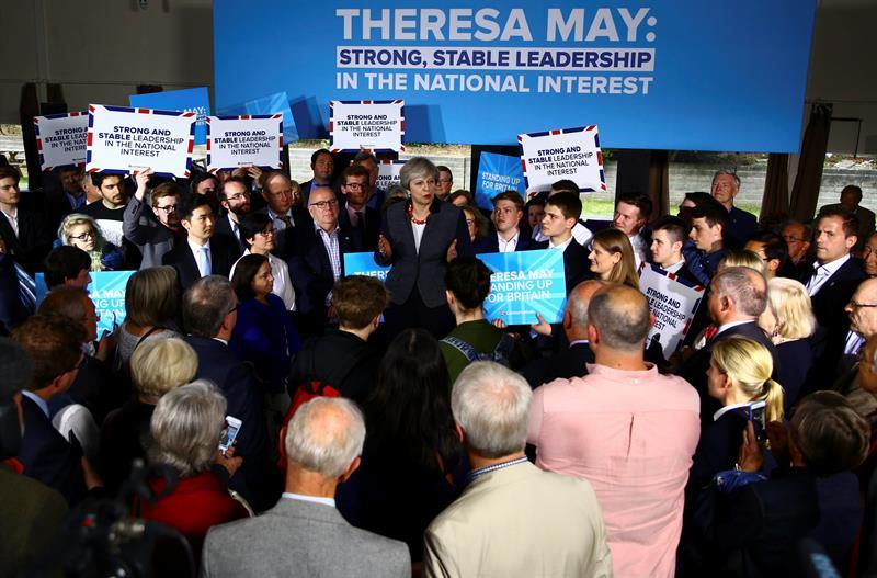 'Tories' arrasan en elecciones británicas