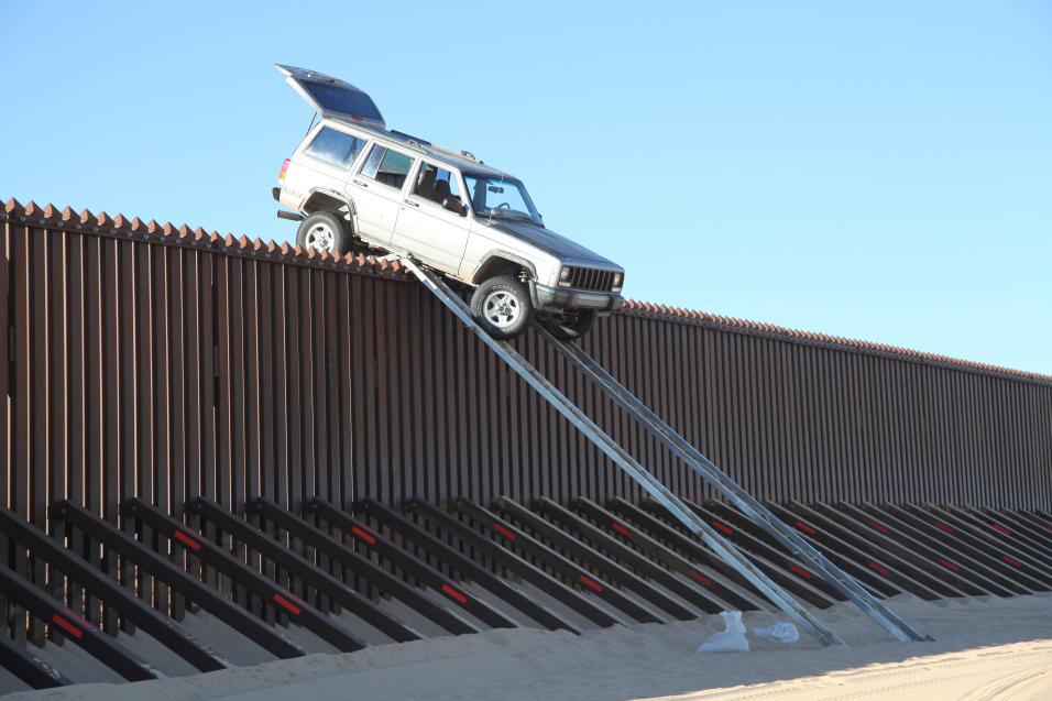 Narcos usan rampa para cruzar valla fronteriza