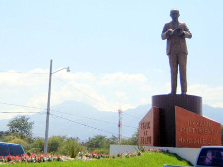 Estatua de Amado Nervo en la entrada oriente de Tepic