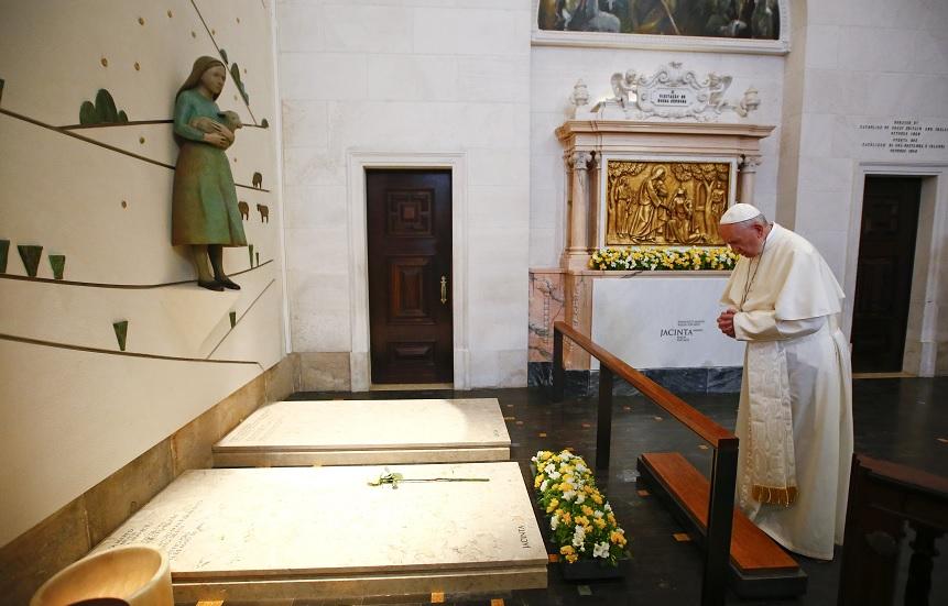 El papa Francisco ora sobre la tumba de dos de los tres pequeños pastores en el Santuario de Nuestra Señora de Fátima en Portugal (Reuters)