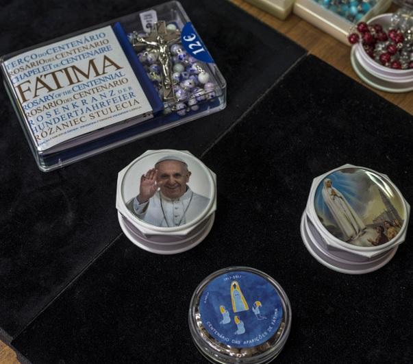 Los miles de peregrinos que visitan el Santuario de Fátima favorecen la producción de artículos religiosos (Getty Images/archivo)