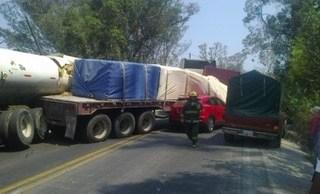Chocan dos tráilers en carretera federal Puebla – Atlixco; hay dos lesionados