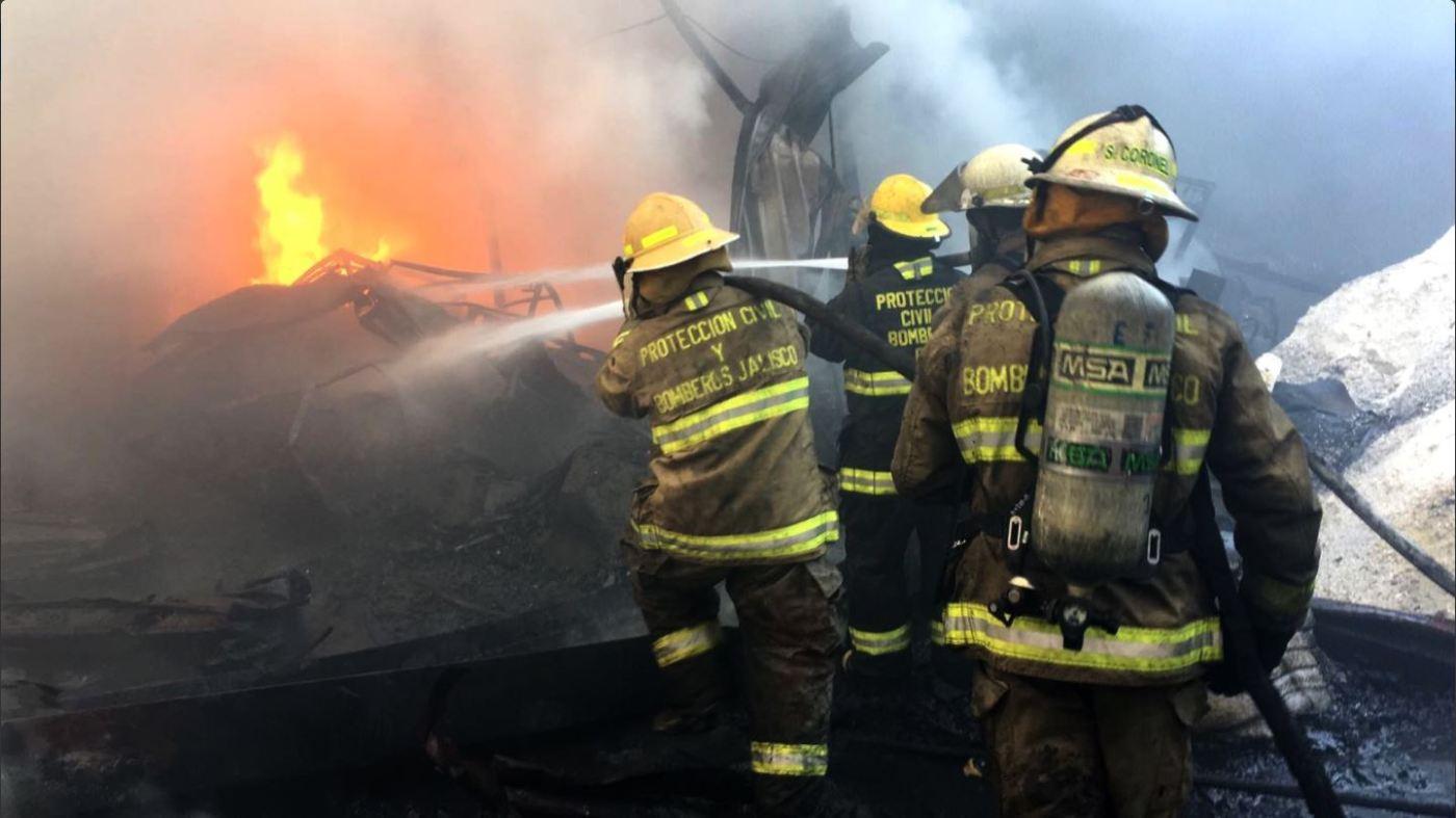 Personal de urgencias atiende incendio en Jalisco