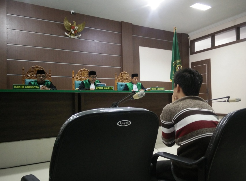 Tribunal de indonesia sentencia a latigazos a pareja gay (Reuters)